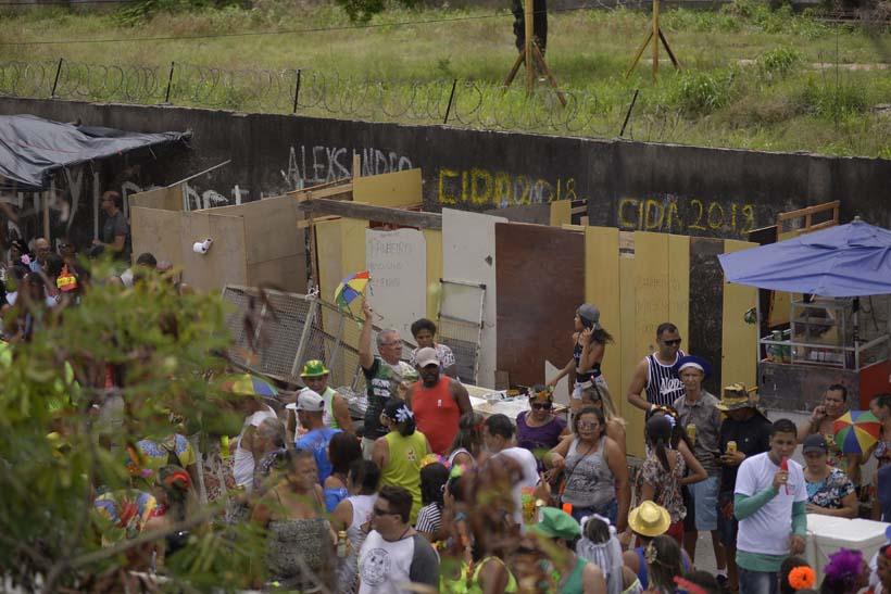 Colados ao muro do terreno ocupado na Avenida Sul, banheiros improvisados para os foliões do Galo, sob cobrança de R$ 2