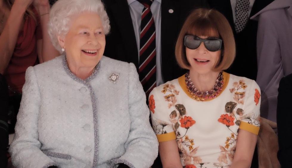 Elizabeth II ficou lado a lado com o grande nome do jornalismo de moda Anna Wintour, da revista Vogue