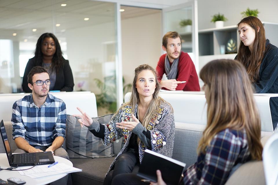 A reorganização das empresas tem exigido colaboradores múltiplos e com habilidades que não são adquiridas apenas em sala de aula