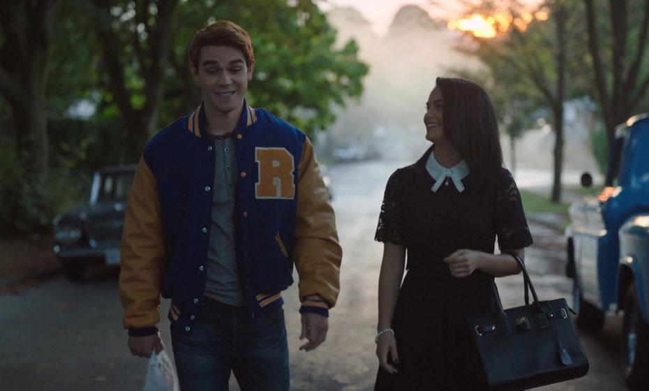 Veronica Lodge (Camila Mendes) faz amizade com Archie Andrews (K.J. Apa), um dos protagonistas