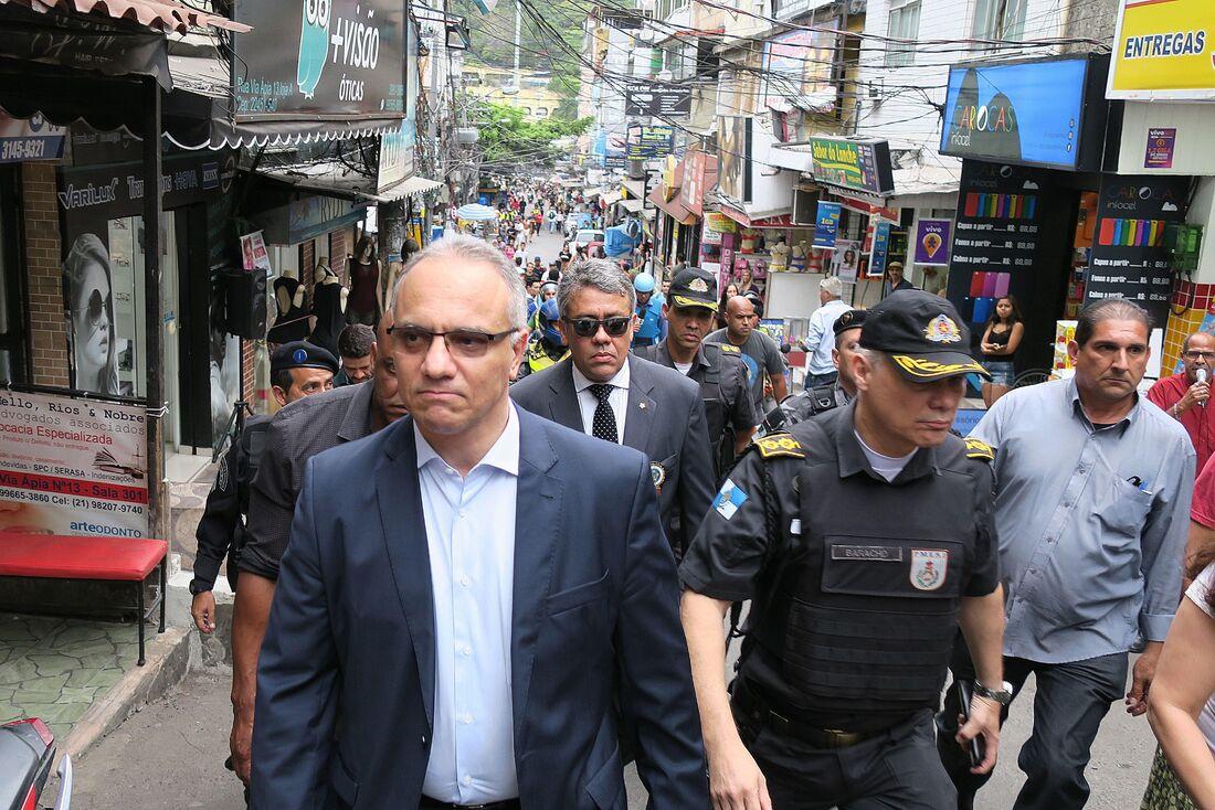 Secretário de Segurança do Rio de Janeiro, Roberto Sá (esq), durante operação na Rocinha