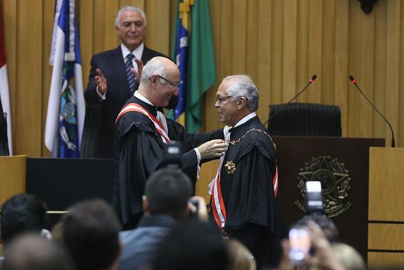 O presidente do Tribunal Superior do Trabalho Ives Gandra Filho passa o cargo para João Batista Brito Pereira, em sessão solene com a presença do presidente da República, Michel Temer