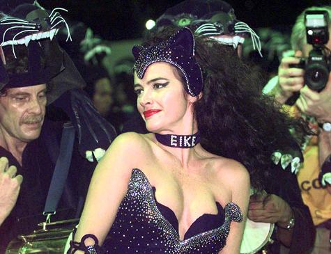Luma de Oliveira desfila usando coleira com o nome de Eike, no carnaval de 1998