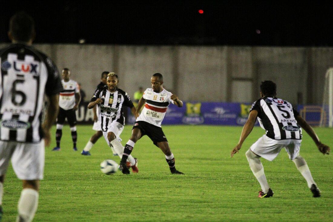Volante Salino atuando no Santa Cruz contra o Treze/PB