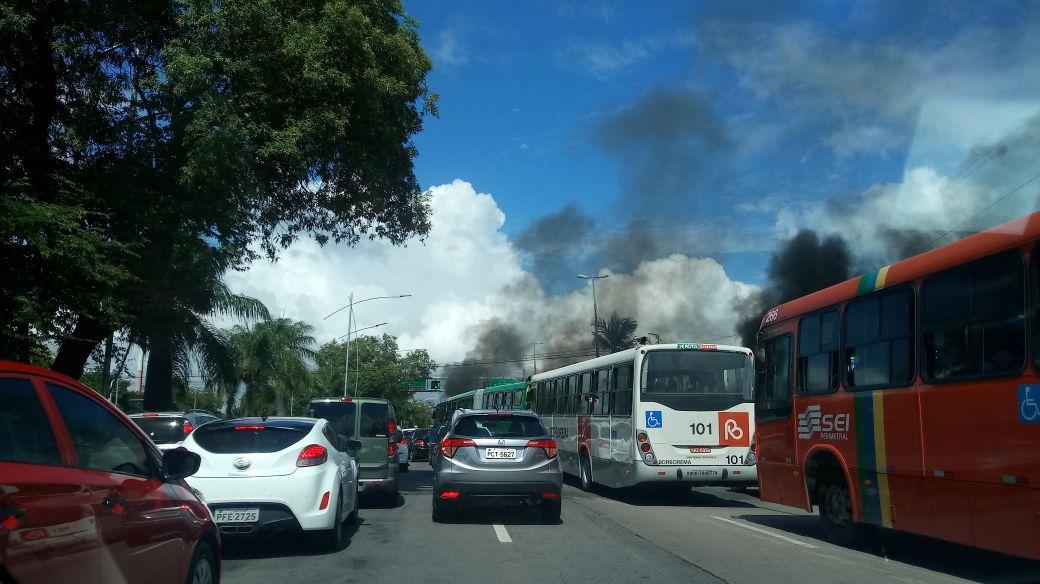 Protesto na avenida Agamenon Magalhães