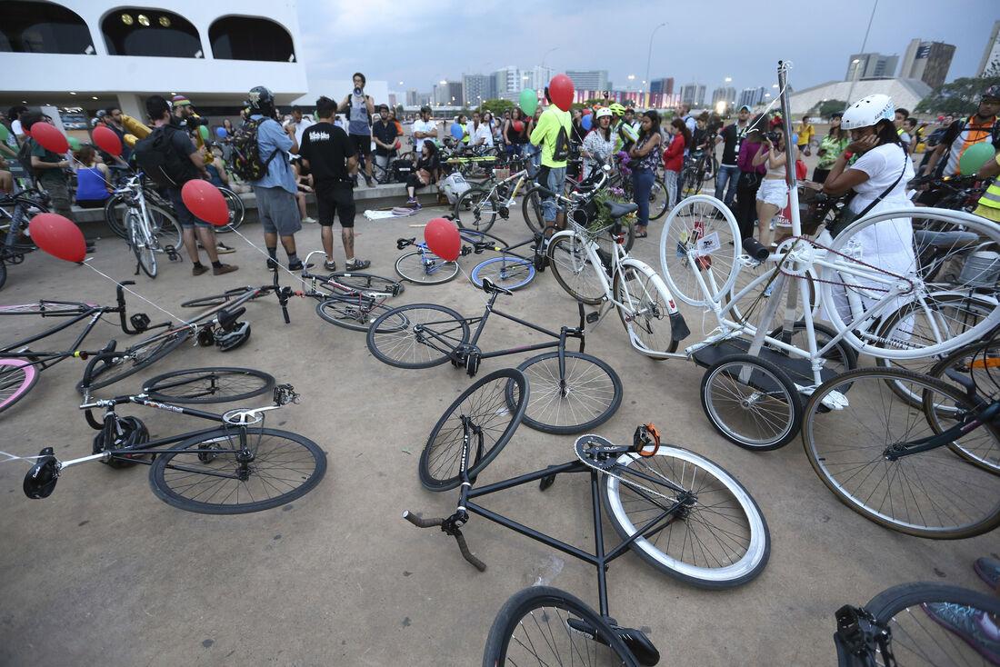 Bicicletada nacional em homenagem a Raul Aragão, em Brasília Brasília – Bicicletada nacional em homenagem a Raul Aragão, voluntário do projeto Bike Anjo e parte da coordenação da Rodas da Paz. Raul foi atropelado perto de casa, na Asa Norte