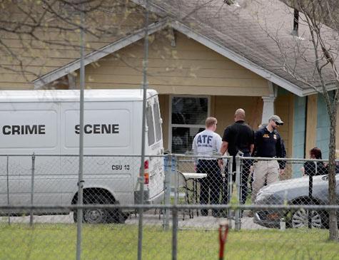 Policiais investigam casa do suspeito a ataques no Texas