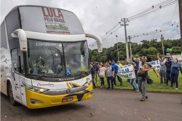 Ônibus da caravana do ex-presidente Lula