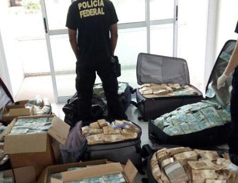 Dinheiro encontrado em apartamento em Salvador