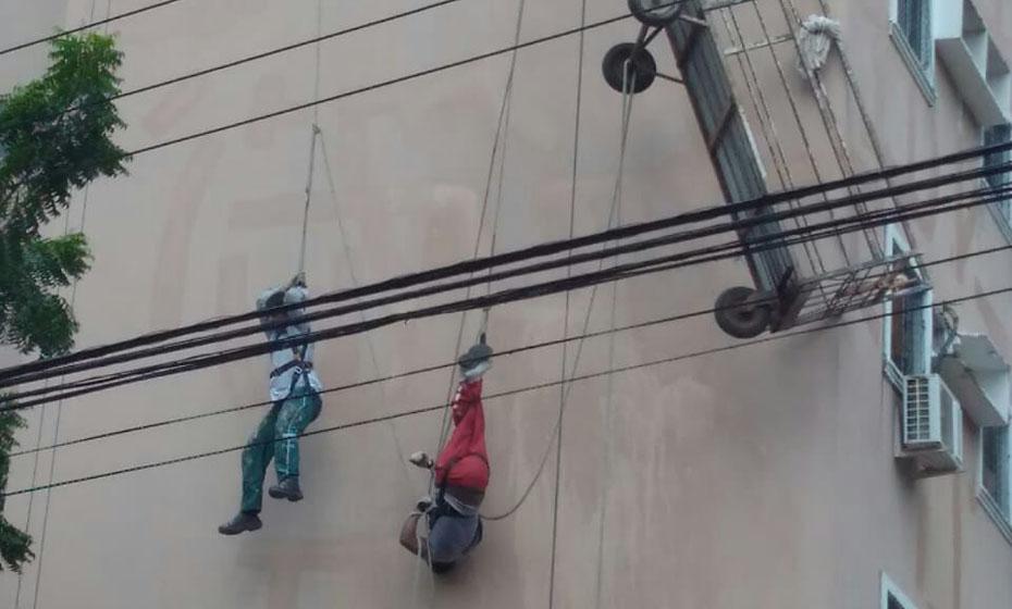 Trabalhadores ficam pendurados após elevador de manutenção ceder