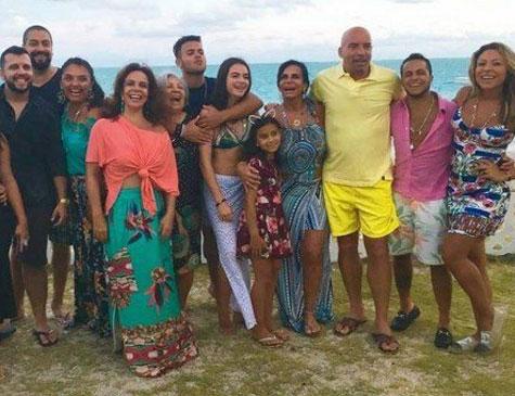Parte da família da cantora, durante gravação na praia