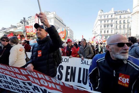 Ativistas da Confederação Geral do Trabalho participam da greve geral dos serviços públicos em Marselha (França)