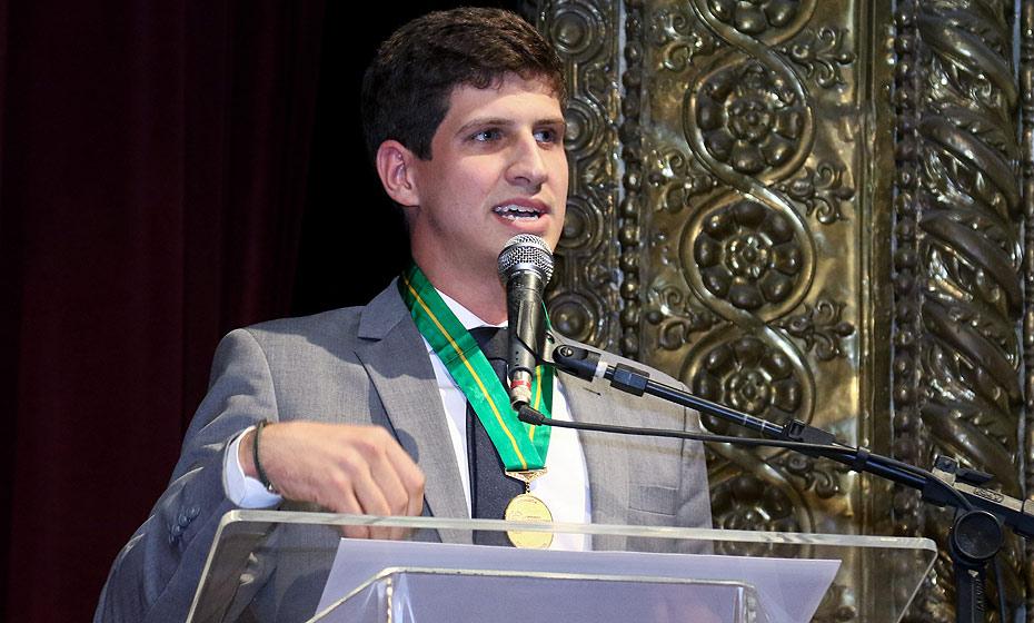 João Campos discursa no evento