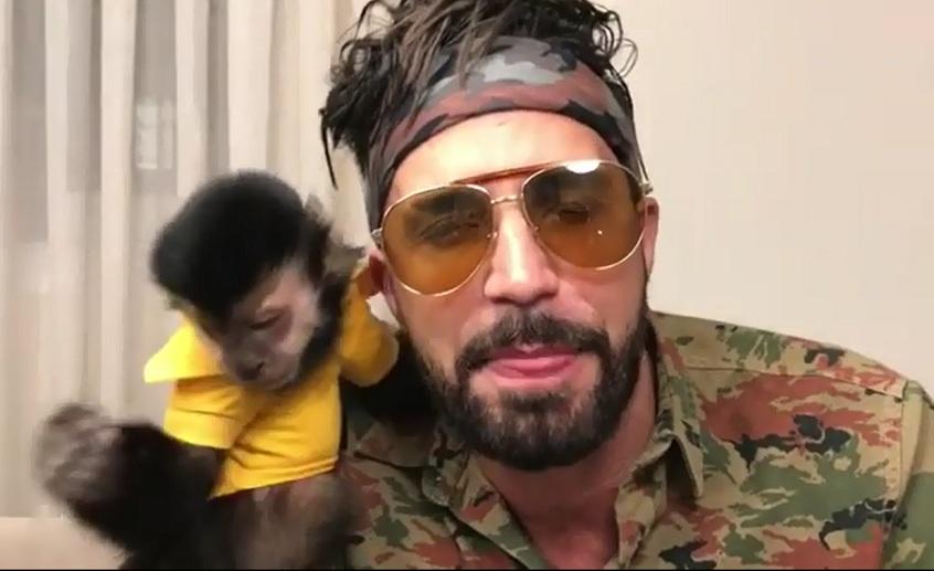 Latino com seu falecido macaco de estimação, Twelves