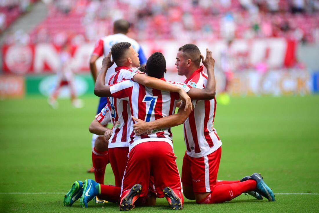 Jogadores comemoram gol de Robinho