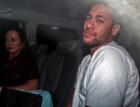 Neymar a caminho da cirurgia no pé