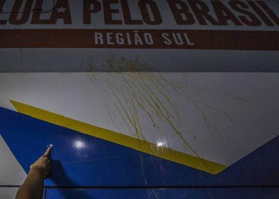 Ônibus da caravana de Lula pelo sul é atingido por tiros