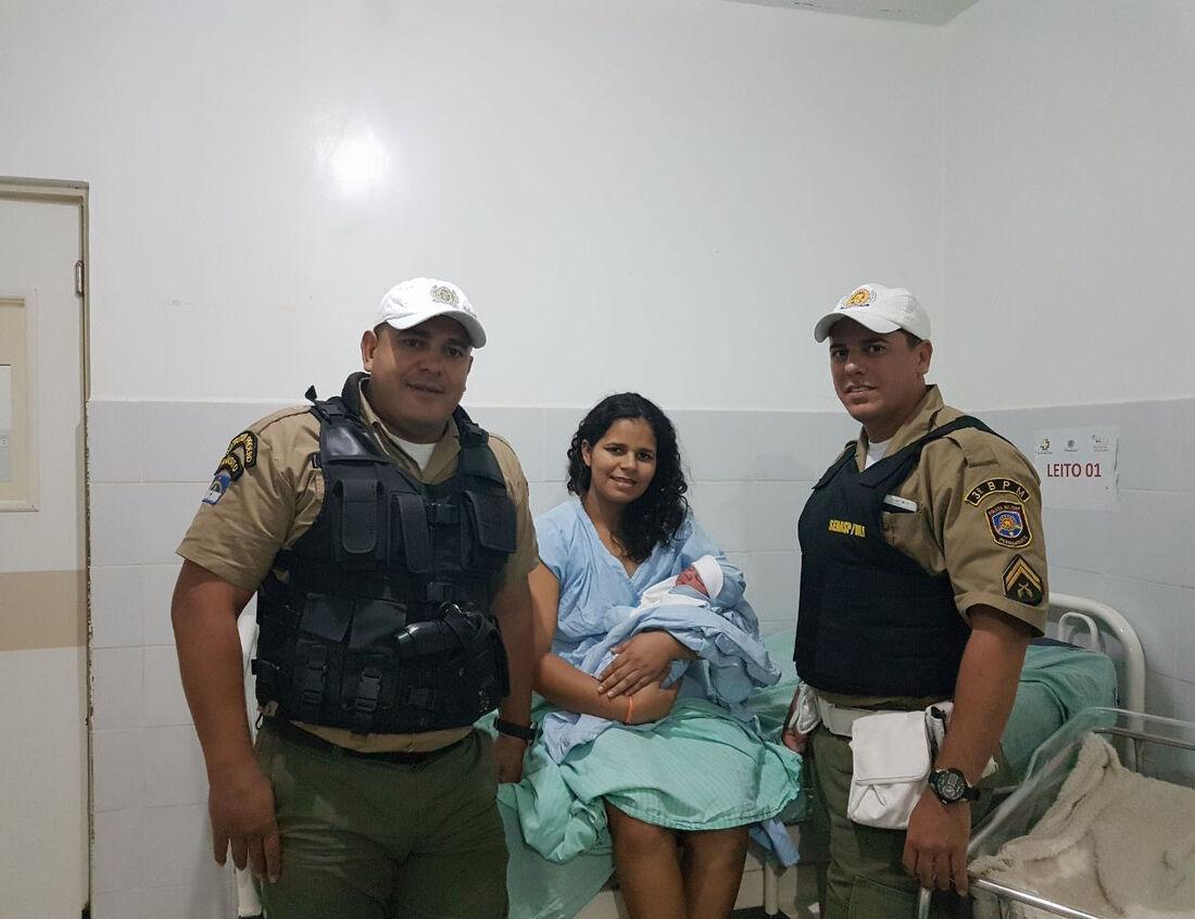 Policiais militares ajudam em parto em Arcoverde