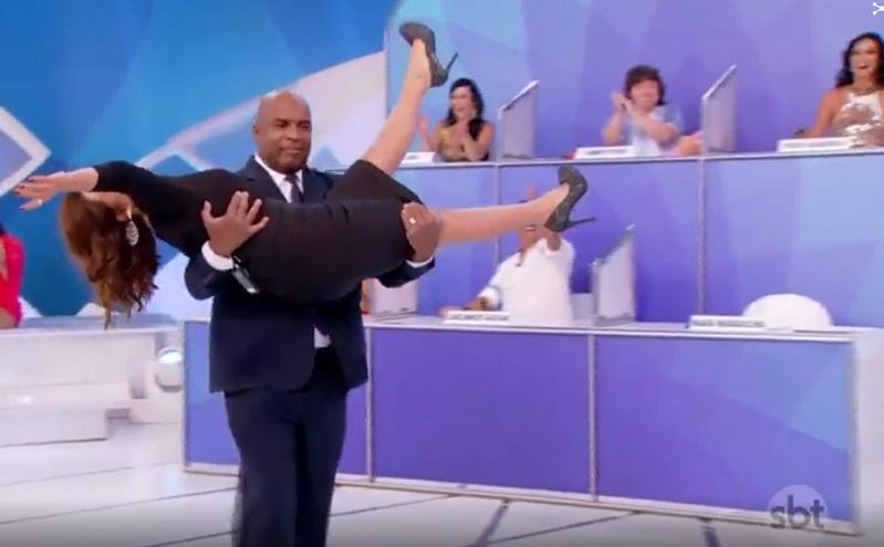 Mara Maravilha é expulsa de programa de TV e carregada por segurança