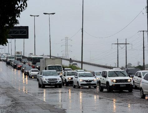 Trânsito intenso na BR 232 sentido interior no início da tarde desta quinta (29)