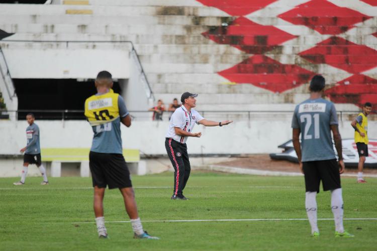 PC Gusmão comandando o treino do Santa Cruz, no estádio do Arruda