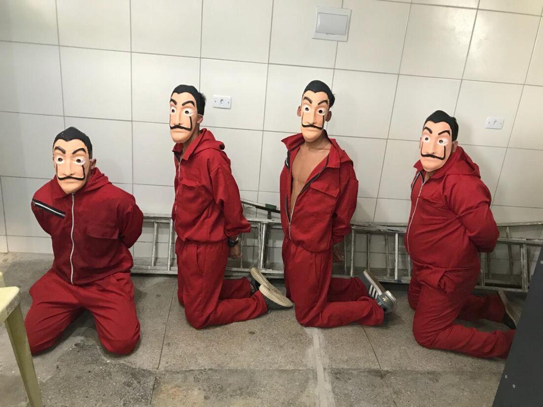Com macacões vermelhos e máscaras de Salvador Dalí, iguais as utilizadas na série La Casa de Papel, quatro homens invadiram o Cotel, em Abreu e Lima