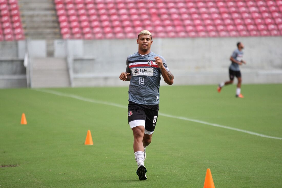 Atacante Halef Pitbull treinando na Arena de Pernambuco