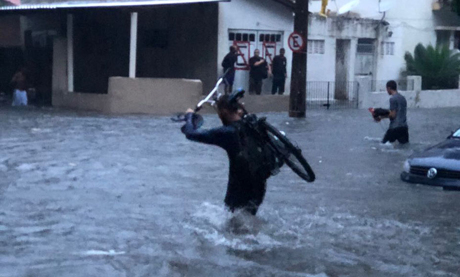 Chuva alaga Rua Sebastião Alves, na Zona Norte do Recife
