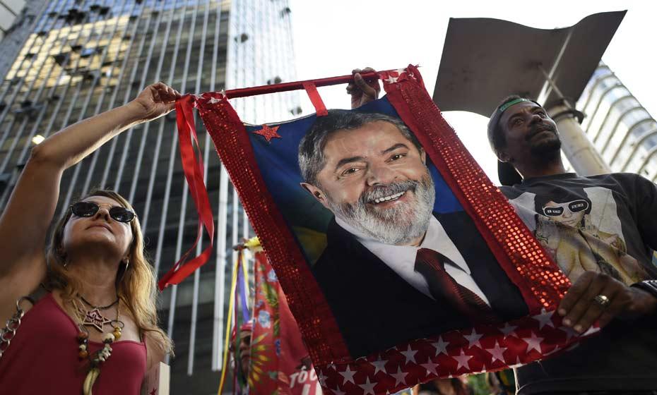 Manifestantes em defesa de Lula na Praça 7 de Setembro, em Belo Horizonte