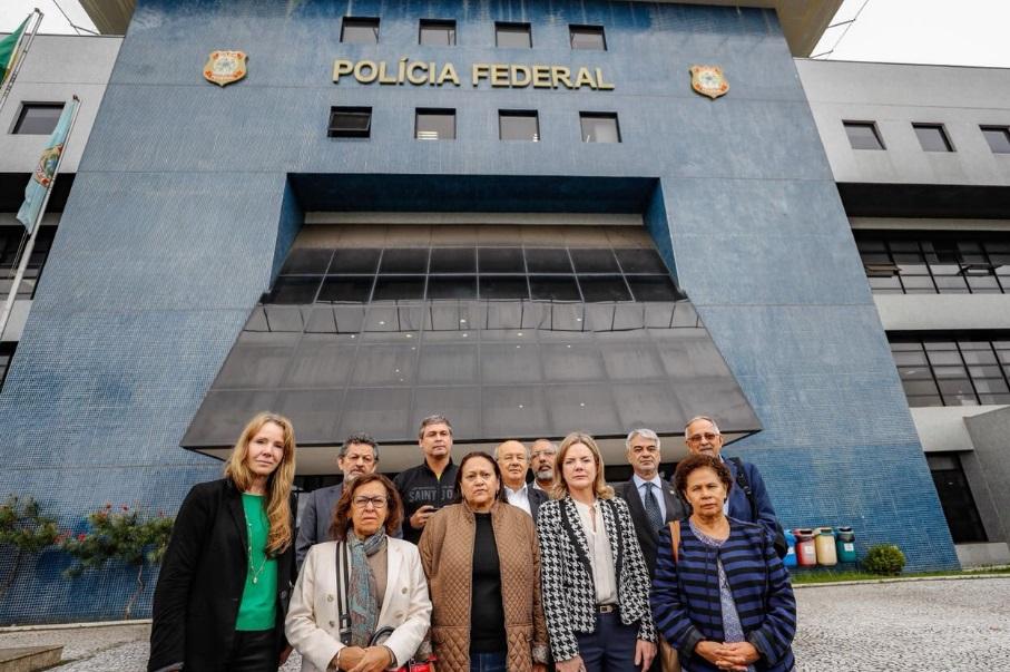 Senadores em visita ao ex-presidente Lula em Curitiba (PR)