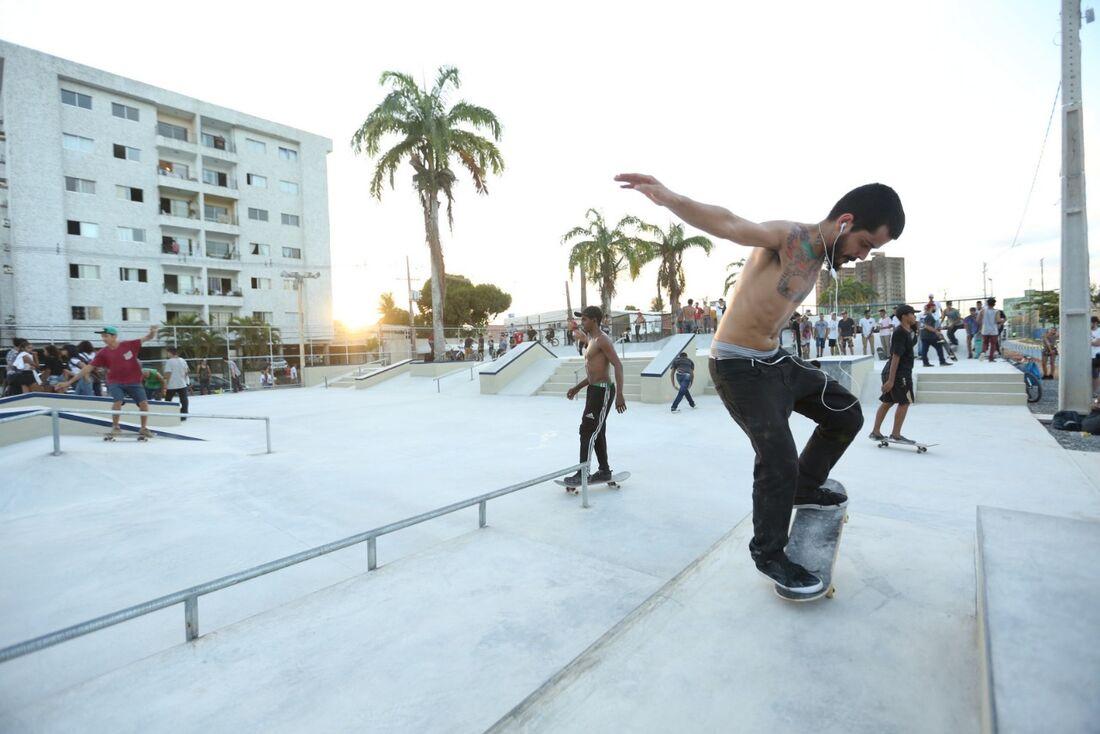 A pista de skate tem 1.350m² e também serve para os praticantes de patins