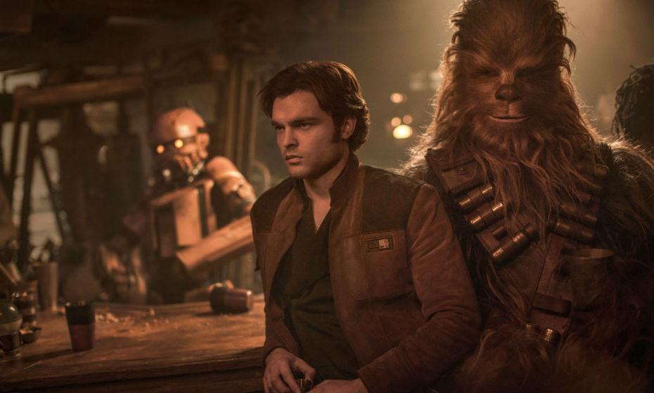O início da parceria entre o piloto Han Solo e o wookie Chewbacca é uma das questões retratadas no filme