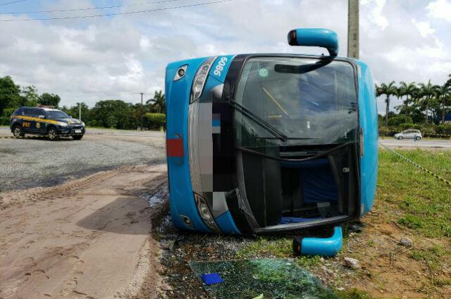 Ônibus seguia em direção ao Rio Grande do Norte quando tombou