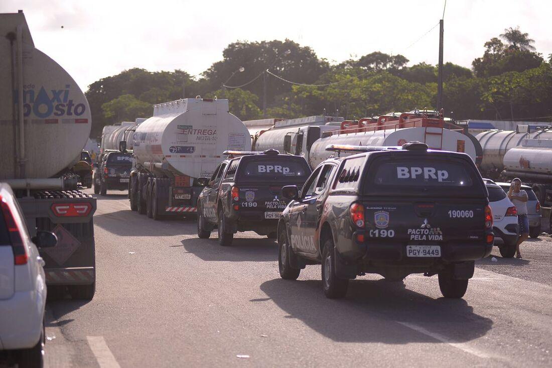 Caminhões abastecidos com combustível deixaram o Complexo de Suape na sexta
