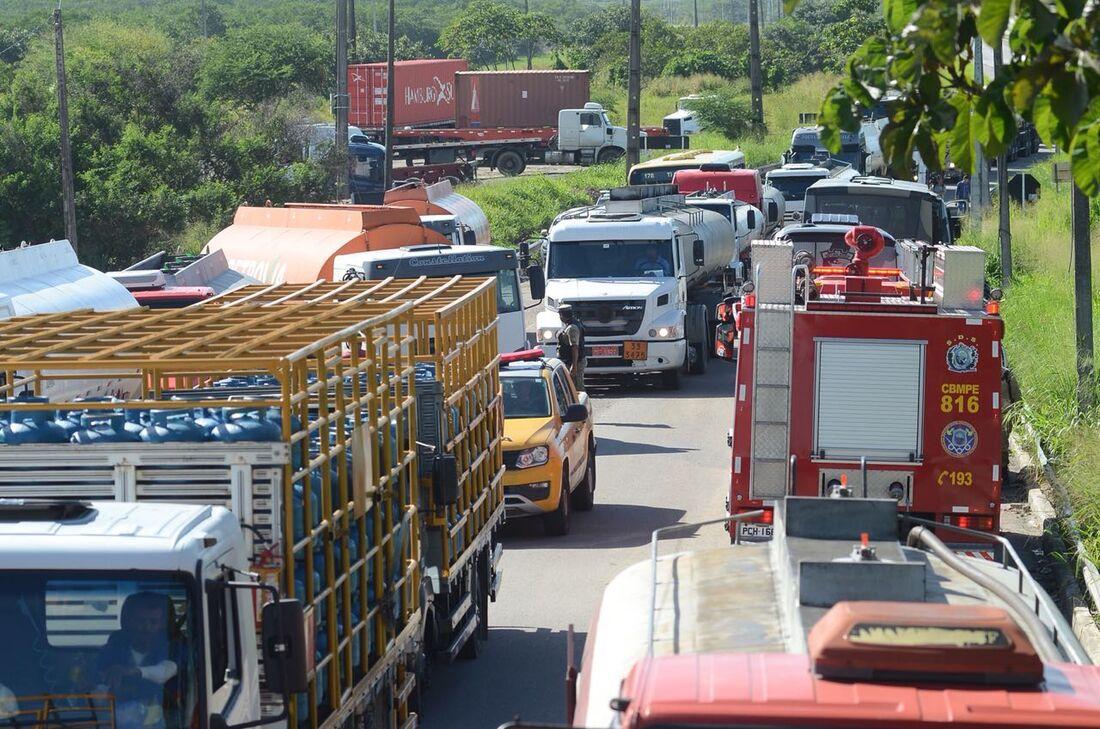 Caminhões deixam Suape