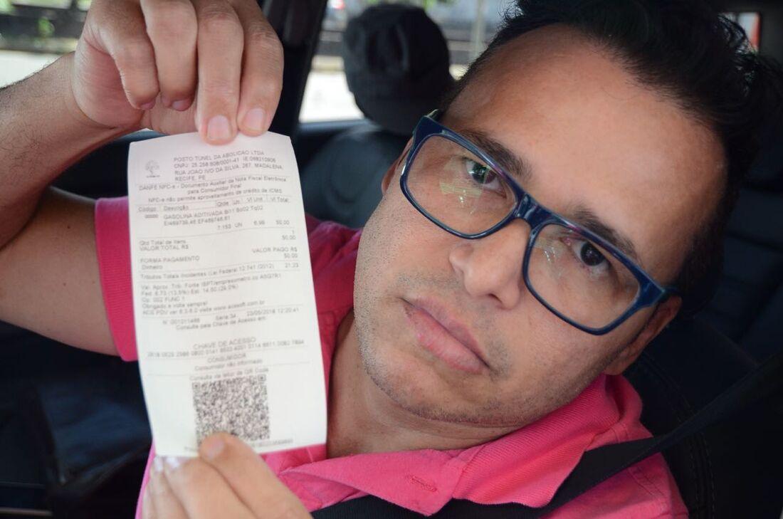 Cantor Almir Rouche abasteceu o carro
