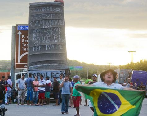 Paralisação de caminhoneiros na BR-101 Sul em Pernambuco