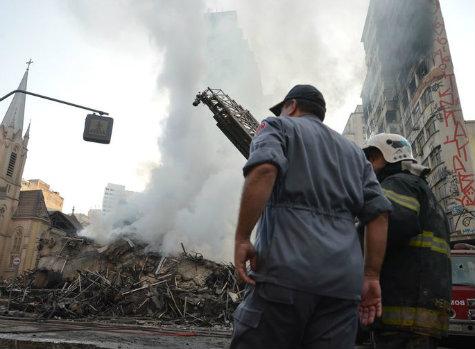 Bombeiros buscam vítimas em escombros de prédio que desabou em São Paulo