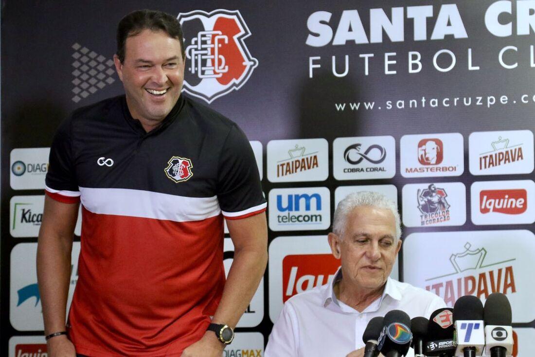Roberto Fernandes em sua apresentação oficial no Santa Cruz, na entrevista coletiva