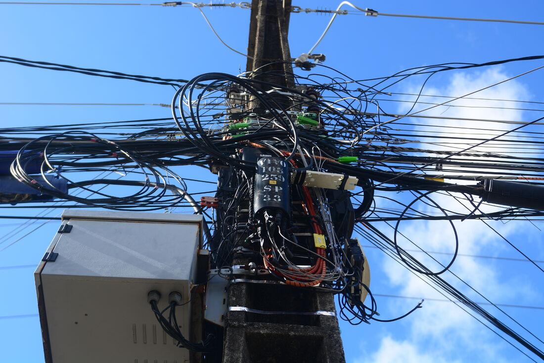 O Recife possui grandes emaranhados de fios nos postes