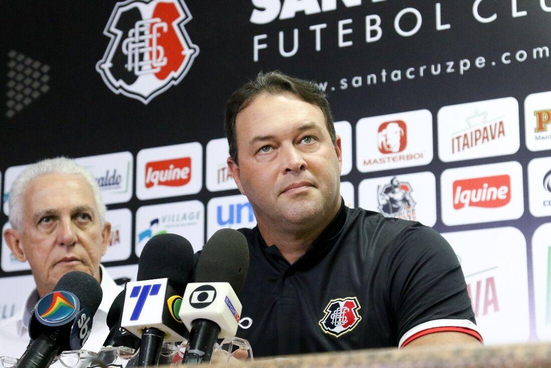 Campeão pernambucano este ano, Roberto Fernandes foi demitido do Náutico e foi parar no Santa Cruz