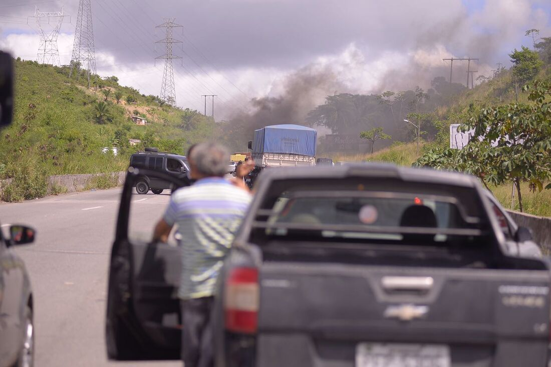 Caminhoneiros fecham mais de 16 trechos de rodovias federais em Pernambuco