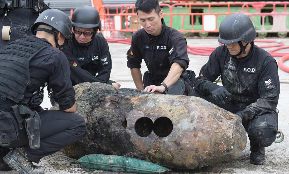 Peritos inspecionam bomba achada em Hong Kong