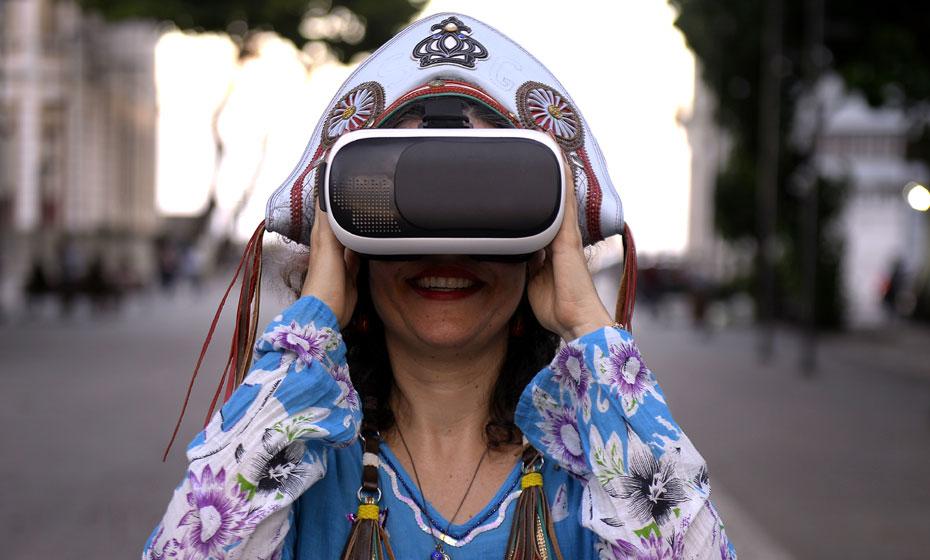 Visitante usa óculos 360º e fones na experiência sensorial