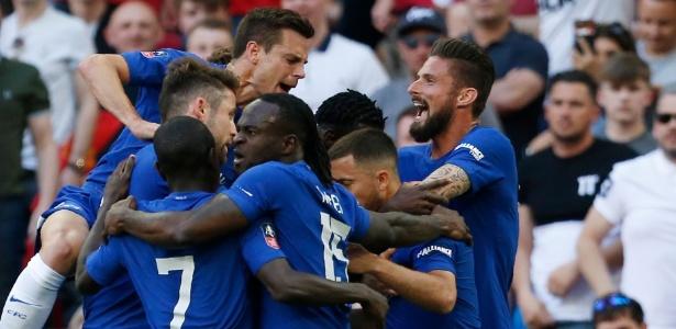 Jogadores comemoram o gol de Hazard, o único do jogo