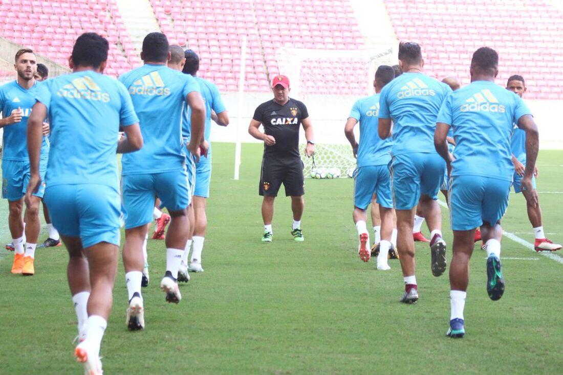 Sport se prepara em treinamento na Arena de Pernambuco.