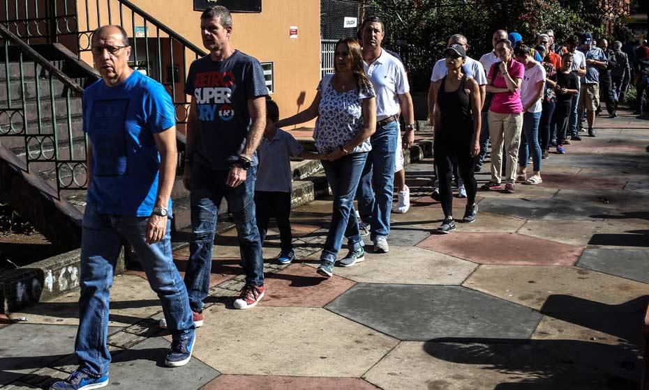 Eleitores formam fila em local de votação na Antióquia