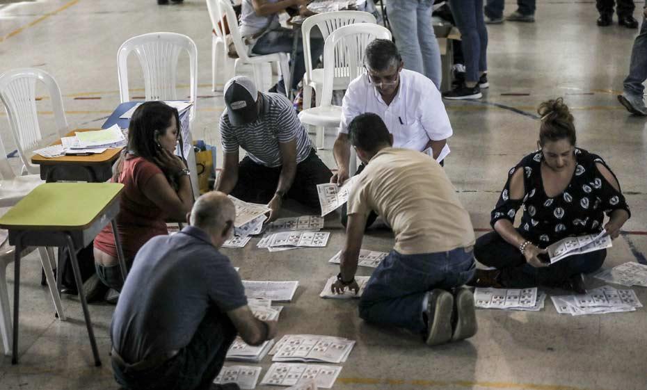 Votos são contados na Colômbia