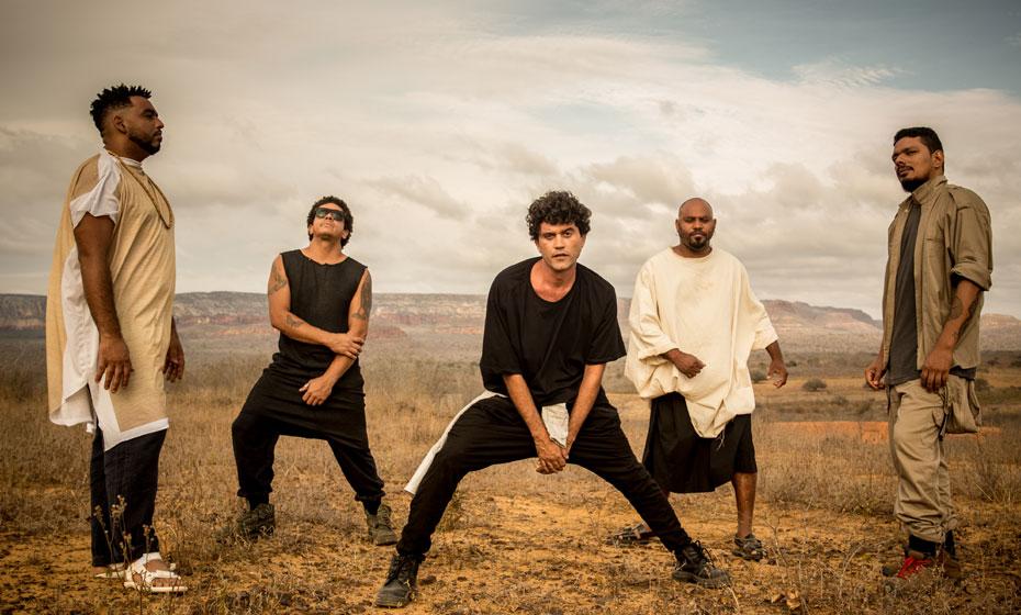 Lirinha (à frente), vocalista, afirma que quer mostrar as sonoridades do Cordel às novas gerações