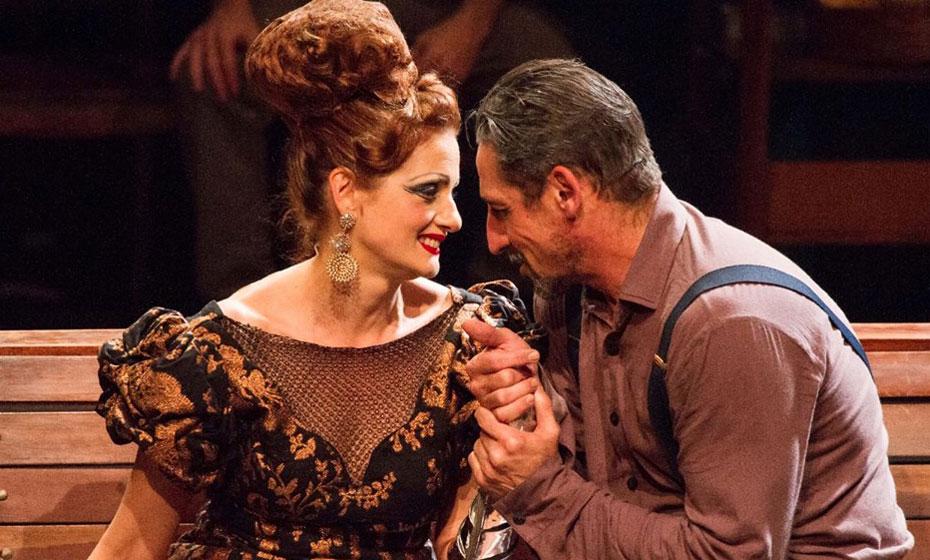 Denise Fraga e Tuca Andrada, em cena da peça